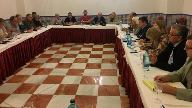 Momento de la reunión ayer entre los comités de los astilleros de la Bahía y el PP