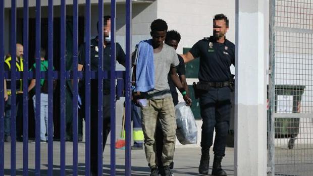 Agentes trasladan a un inmigrante.