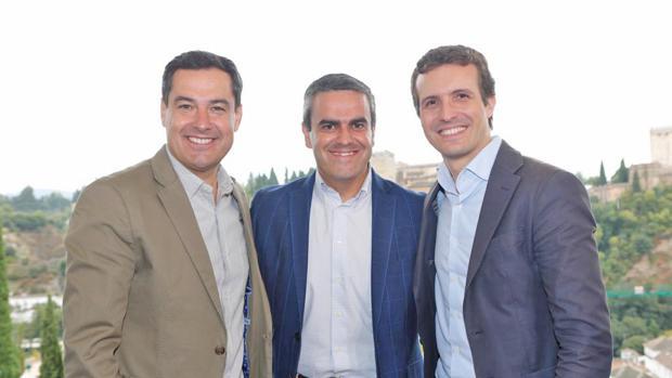 José Ortiz, en el centro, junto a Moreno Bonilla y Pablo Casado.