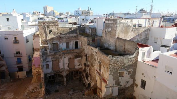 Una de los edificios de infravivienda de Cádiz, clausurado.