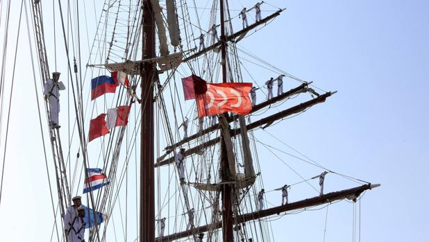 El gallardete conmemorativo del V Centenario ondeando en el buque escuela Juan Sebastián de Elcano.