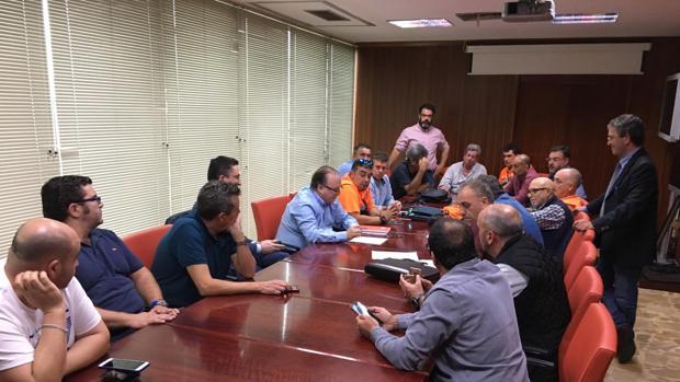Momento del acuerdo entre sindicatos y empresa. A la derecha, Manuel Herrera.