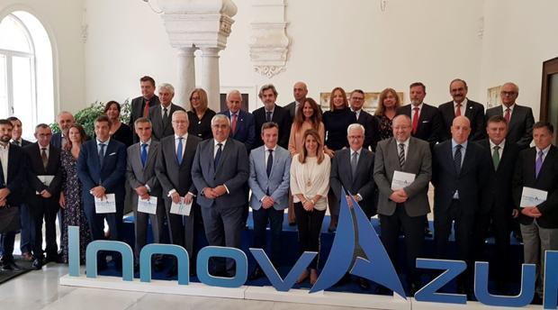 Susana Díaz (en el centro) en la presentación de 'InnovAzul' en Sevilla