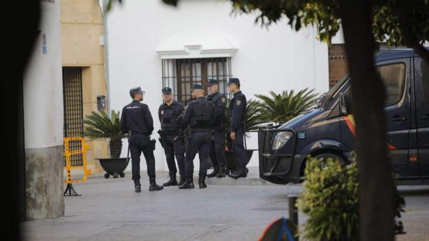 Dispositivo policial en las inmediaciones de los juzgados de Écija