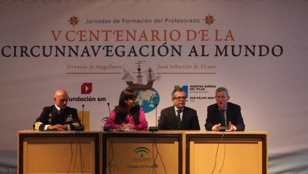 De izquierda a derecha: el comandante del buque Elcano, capitán de navío Ignacio Paz, Carmen Sanz, Manuel Lucena y José María González.