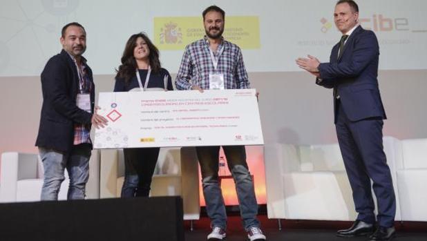Responsables del IES Rafael Alberti recogen el premio.