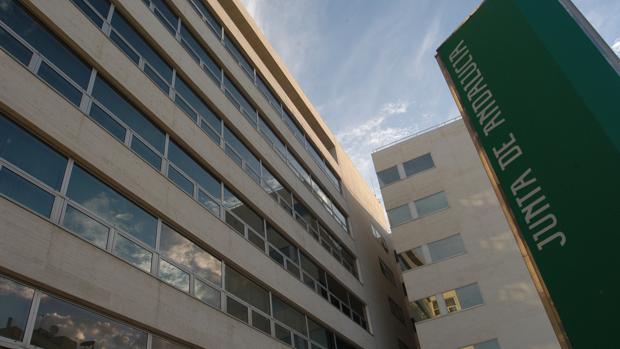 El edificio de la Plaza Asdrúbal, una de las tres sedes de la Delegación de Empleo en Cádiz