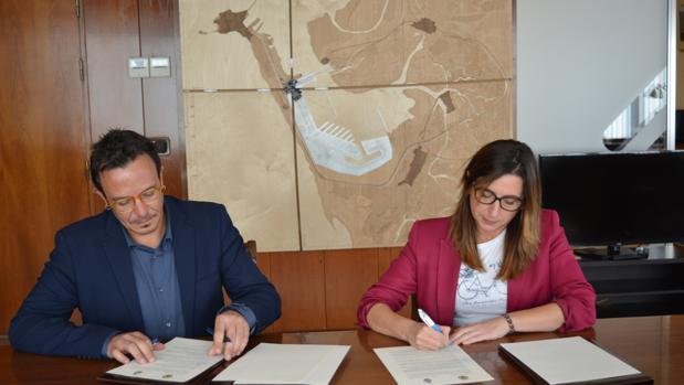 Momento de la firma entre el alcalde y la delegada de la Zona Franca