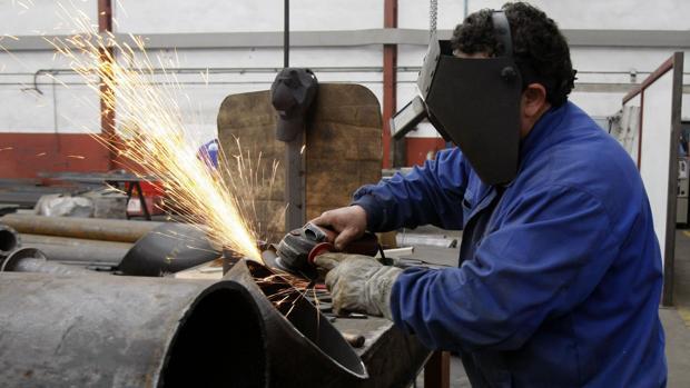 Un operario de una industria gaditana