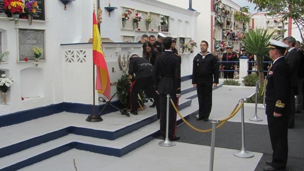 Momento en el que el COMGEIM y la alcaldesa de San Fernando depositan la corona de laurel.