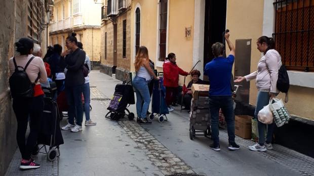 La fundación benéfica Virgen de Valvanuz, en la calle Santiago, es una de las organizaciones encargada del reparto alimentos en Cádiz