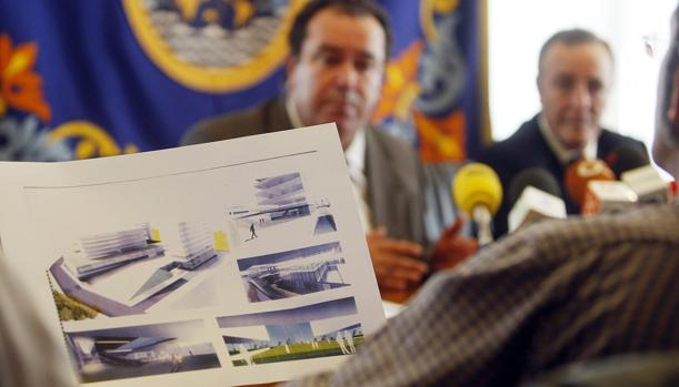El socialista José de Mier presentó en octubre de 2008 el diseño del nuevo hospital de Cádiz en el barrio de Loreto-Puntales. Junto con el espacio multiusos de Navalips fue su apuesta de reordenación. Ambos, fallidos