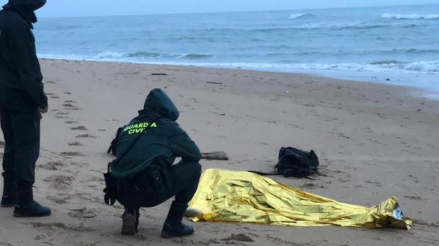 Imagen del fallecido en el naufragio de una patera esta madrugada en la playa de Los Caños