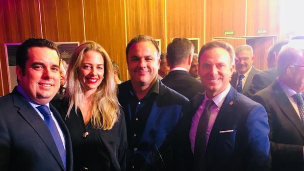 El alcalde junto a Ángel León que fue reconocido po La Voz.