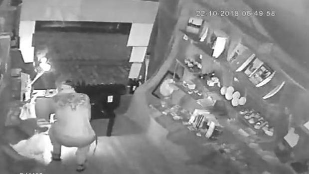 El ladrón actuando en la tienda El gaditano errante.