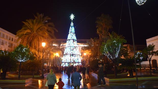 El tradicional árbol que se pone en la plaza de Isaac Peral.