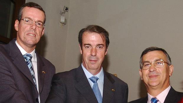 Isidoro Cárdeno, en el centro de la imagen, cuando fue Rey Mayo en 2004.