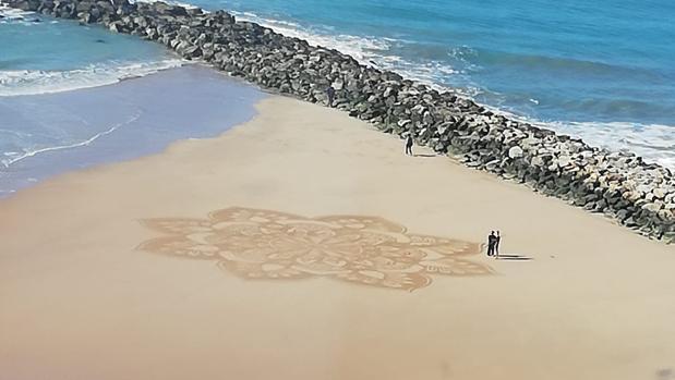 La flor de loto dibujada sobre la arena en Santa María del Mar.