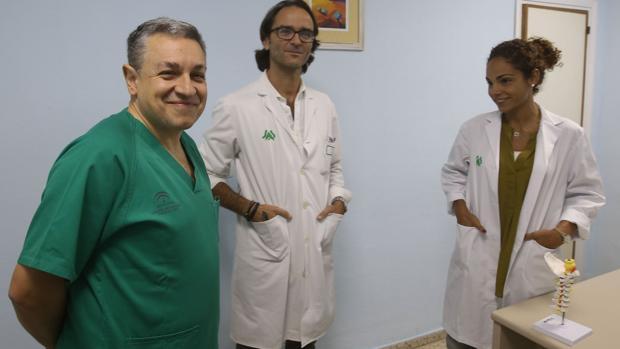 A la izquierda, el doctor Miguel Ángel Moya, responsable de la unidad de ictus del Puerta del Mar.