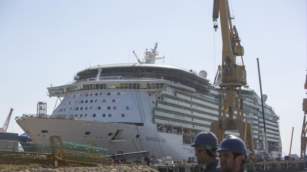 Reforma del 'Mariner of the Seas, de Royal Caribbean, durante su reforma en Cádiz