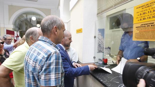 Podemos ha lanzado duras críticas contra la Federación 5 de abril y su presidente, Manuel Salomón.