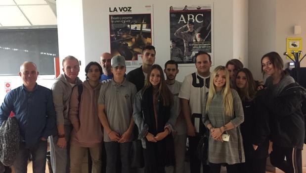 Los alumnos y sus profesores durante la visita a LA VOZ.