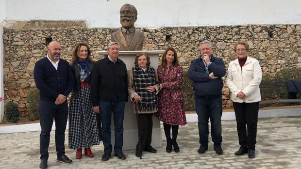 Autoridades sanitarias y familiares del doctor Martín Salazar, durante el homenaje en Montellano