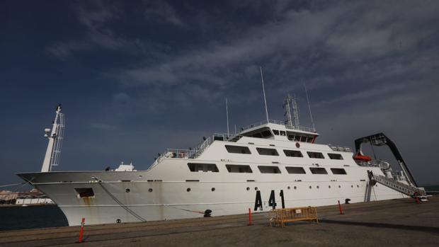 El buque escuela de la Armada, 'Intermares'. atracado en el puerto de Cádiz