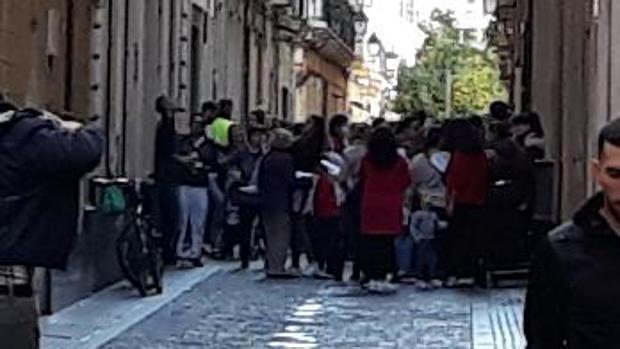 Decenas de personas, a las puertas de Asuntos Sociales