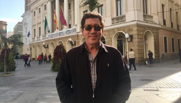 El histórico dirigente de IU frente al Ayuntamiento de Cádiz este miércoles.