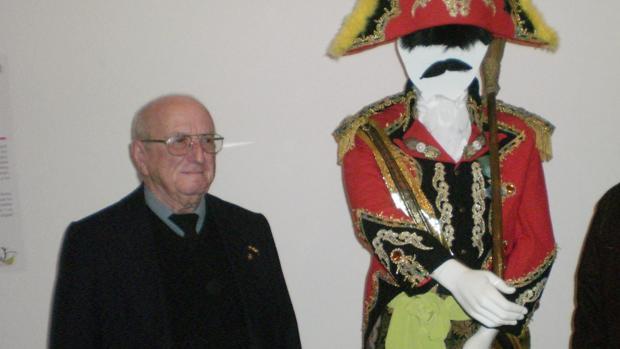 Basilio Ruiz, junto a uno de los tipos del coro de La Viña