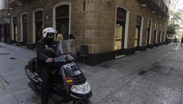 Un policía patrullando las calles de Cádiz.