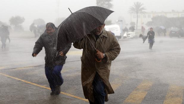 Varias personas desafían al viento y las lluvias