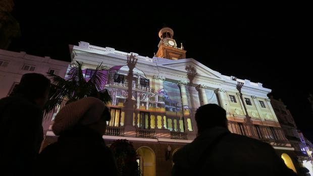 Imagen del Ayuntamiento con la iluminación de Navidad en 2016.
