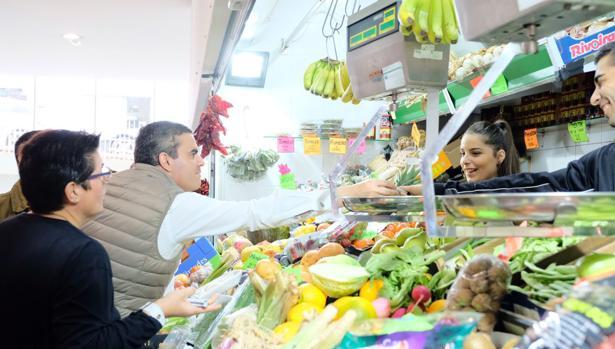 El candidato del PP por la provincia de Cádiz este sábado en el mercado de Conil.