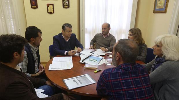 Los dirigentes del PP reunidos con sindicato de policías locales.