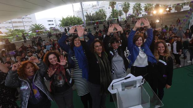 Teresa Rodríguez y compañeras de la confluencia este sábado en Cádiz.