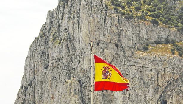 La bandera española ondeando frente a la 'Roca'.