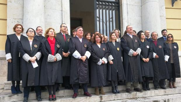 Magistrados y fiscales, en la puerta de la Audiencia Provincial.