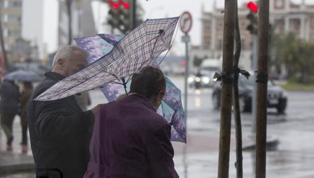 Las lluvias persisten en Cádiz y se unen a un fuerte viento.