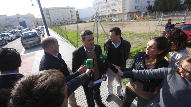 Pepe Ortiz, junto a Juancho Ortiz y Bruno García, delante del solar del albergue juvenil.