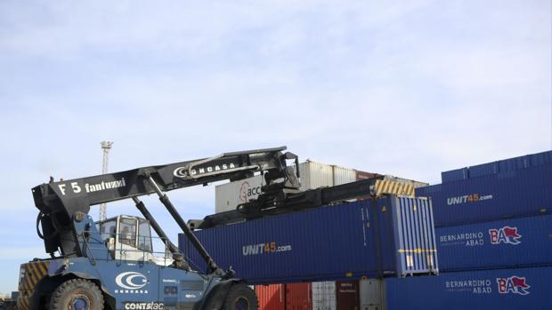 Movimiento en la terminal de contenedores de Cádiz