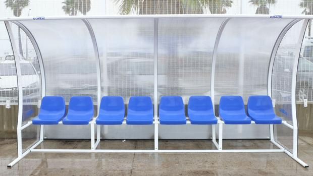 Los banquillos provisiones del complejo deportivo Puntales-La Paz, cedidos por el Cádiz CF.