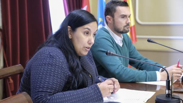 Ana Fernández, junto a Martín Vila, en el Ayuntamiento.