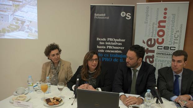 La delegada de Zona Franca durante el desayuno que ha mantenido en la sede de la CEC