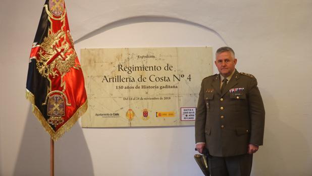 El coronel Jesús ÁngelCampuzano en la exposición con motivo del 150 aniversario del RACTA 4.