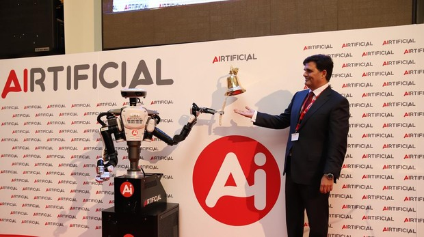 El robot de Airtificial es el primer autómata en tocar la campana en la Bolsa de Madrid.