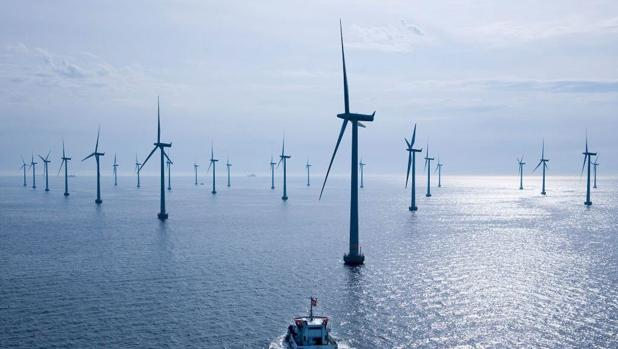 Vista panorámica de un parque eólico-marino.