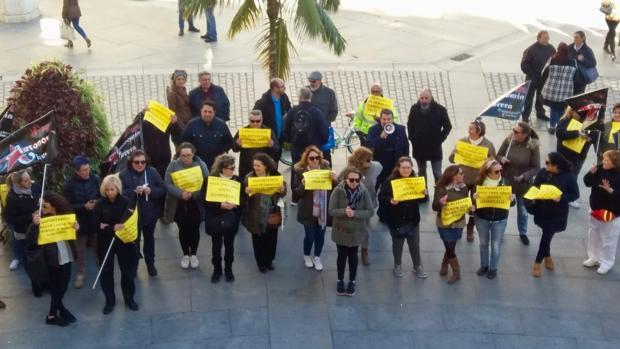 La concejal de Podemos Ana Camelo, se ha unido a la concentración frente al Ayuntamiento de Cádiz.