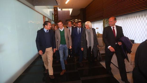 El presidente del PP, Pablo Casado, junto a representantes del PP en la provincia.